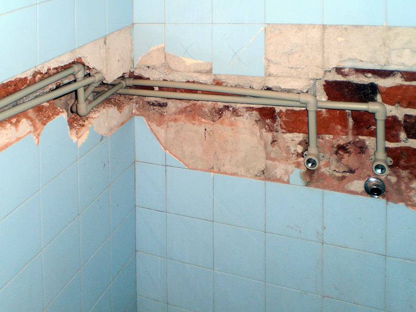 Polypropylene pipes in the bathroom shower