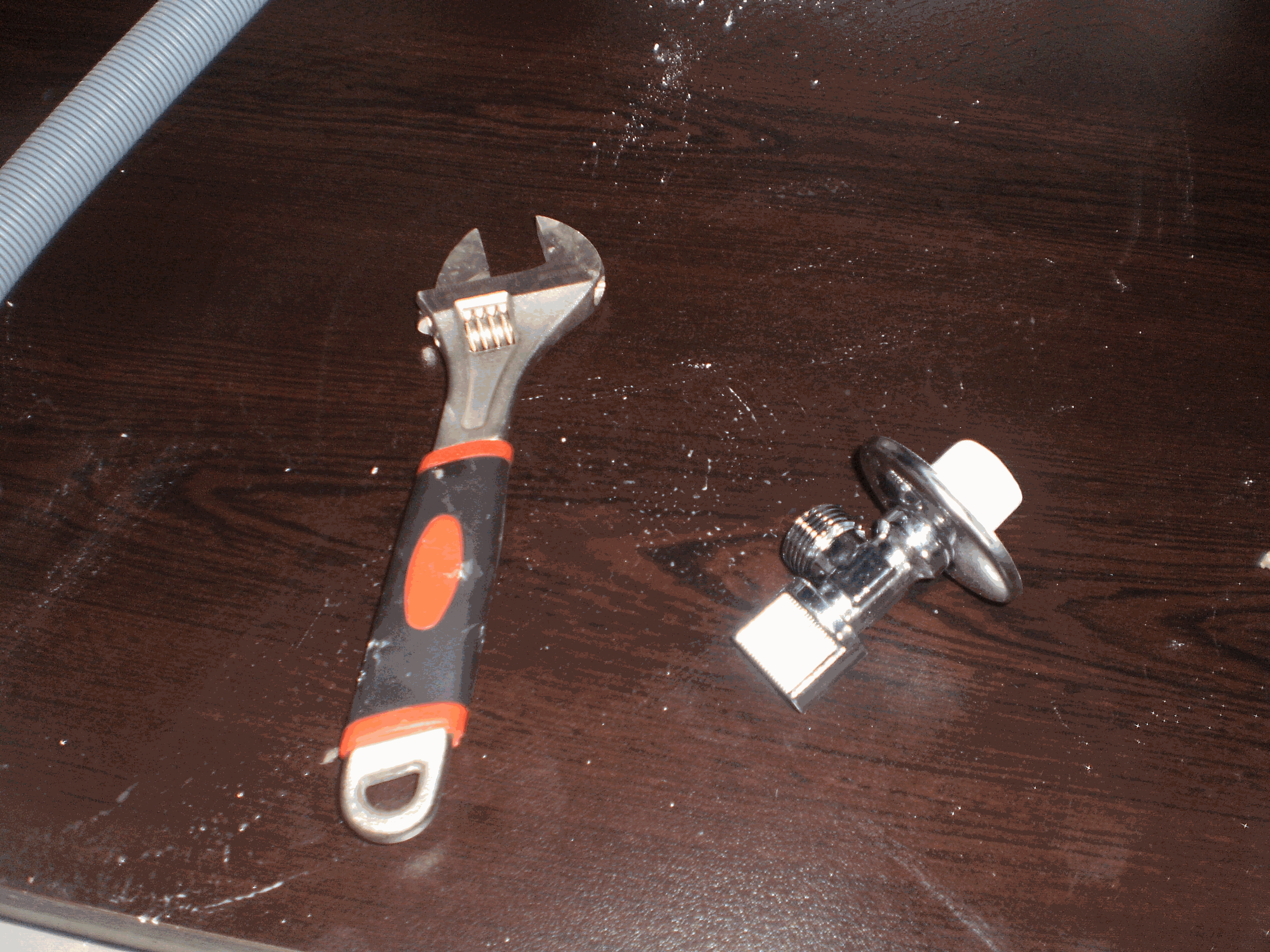 Plumbing tool for mounting a sink
